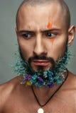 Porträt eines Mannes mit kreativem buntem Make-up Lizenzfreies Stockfoto