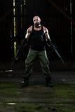 Porträt eines Mannes mit Maschinengewehr Stockfoto