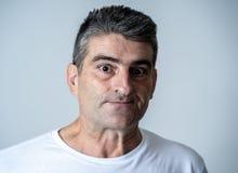 Porträt eines Mannes 40s 50s im Schock mit einem erschrockenen Ausdruck auf seinem Gesicht, das erschrockene Gesten in den mensch lizenzfreies stockfoto