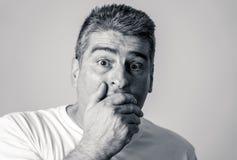 Porträt eines Mannes 40s 50s im Schock mit einem erschrockenen Ausdruck auf seinem Gesicht, das erschrockene Gesten in den mensch stockbild