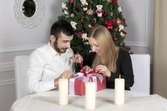 Porträt eines Mannes und der Frau nahe dem Weihnachtsbaum stockfoto