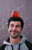 Porträt eines Mannes und des Apfels Stockfotografie