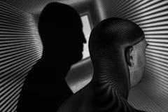 Porträt eines Mannes und seins beschatten Schwarzweiss-Foto, das Konzept der gespaltener Persönlichkeit lizenzfreie stockfotografie