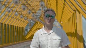 Porträt eines Mannes von mittlerem Alter mit dem grauen Haar in einem weißen Hemd und in den Spiegelgläsern stock footage