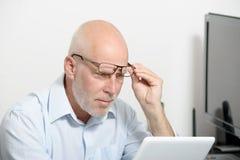 Porträt eines Mannes von mittlerem Alter mit einer digitalen Tablette lizenzfreie stockfotos