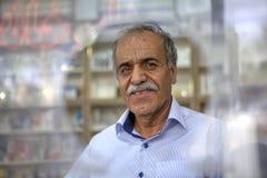 Porträt eines Mannes vor Loch im Plexiglas Lizenzfreie Stockbilder