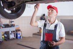 Porträt eines Mechanikers stockbild