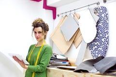 Porträt eines Modedesigners mit Tablette Stockfotografie