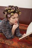 Porträt eines Modells mit einem Buch Lizenzfreies Stockfoto