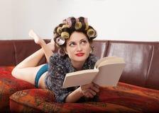 Porträt eines Modells mit einem Buch Lizenzfreie Stockfotografie