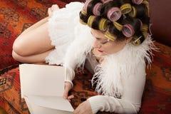 Porträt eines Modells mit einem Buch Stockbilder
