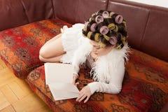 Porträt eines Modells mit einem Buch Stockfotos