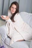 Porträt eines Modells mit einem Tasse Kaffee stockbild
