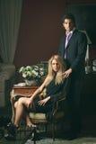 Porträt eines Modepaares im eleganten Haus lizenzfreies stockbild
