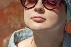 Porträt eines modernen Mädchens in der Stift-obenart stockfotos