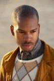 Porträt eines modischen männlichen Mode-Modells draußen lizenzfreie stockbilder