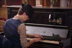 Porträt eines Musikers im Anzug und im schwarzen Hut Stockbilder
