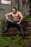Porträt eines muskulösen alten Kriegers mit Klinge Lizenzfreie Stockbilder