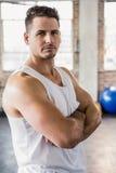 Porträt eines muskulösen Mannes mit den Armen gekreuzt Lizenzfreies Stockfoto
