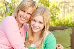 Porträt eines Mutter- und Tochterumarmens Lizenzfreie Stockbilder