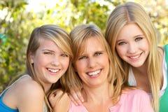 Porträt eines Mutter- und Tochterumarmens Stockfoto