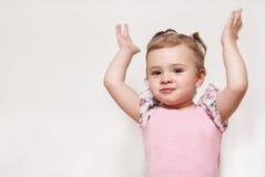 Porträt eines netten Babys mit Hände oben anheben Lizenzfreie Stockfotografie