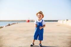 Porträt eines netten blonden Jungen im Hut Stockfotos