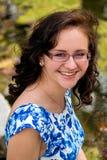 Porträt eines netten jugendlich Altersmädchens in einem blauen Kleid lizenzfreie stockfotos