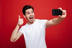 Porträt eines netten jungen Mannes im weißen T-Shirt Lizenzfreie Stockfotografie