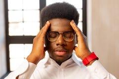 Porträt eines netten jungen Mannes mit geschlossenen Augen stockfotos