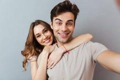 Porträt eines netten jungen Paarumarmens Lizenzfreies Stockbild