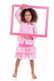 Kleines Afroamerikanermädchen, das einen Bilderrahmen hält Stockbilder