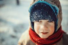 Porträt eines netten kleinen Jungen im verschneiten Winter Lizenzfreies Stockfoto