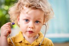Porträt eines netten kleinen Jungen mit Stethoskop Lizenzfreies Stockfoto