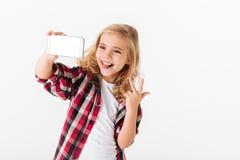 Porträt eines netten kleinen Mädchens, das ein selfie nimmt Stockfoto