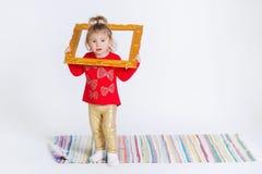 Porträt eines netten kleinen Mädchens in der modischen Ausstattung Lizenzfreie Stockfotos