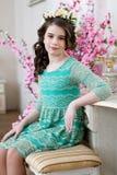 Porträt eines netten kleinen Mädchens in einem Blumenkranz Lizenzfreies Stockbild