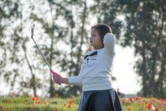Porträt eines netten kleinen Mädchens am sonnigen Sommertag am grünen Naturhintergrund Stockfotografie