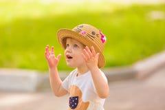 Porträt eines netten Kleinkindmädchens in einem lustigen Hut Stockbild