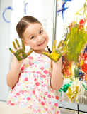 Porträt eines netten Mädchens, das mit Farben spielt lizenzfreie stockfotos