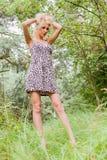 Porträt eines netten Mädchens im Wald Stockbilder