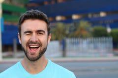 Porträt eines netten Mannblinzelns Stockfotos