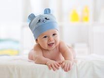 Porträt eines netten 5-Monats-Babys, das sich auf Bett hinlegt Stockfoto