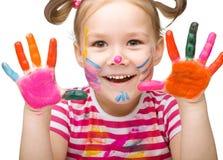 Porträt eines netten Mädchens, das mit Farben spielt Stockfoto