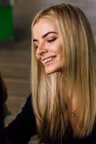 Porträt eines netten schönen Mädchen mekeup Künstlers natürlich mit dem langen Haar blond Im Studio Antischwerkrafteignungsyoga Stockbild