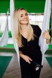 Porträt eines netten schönen Mädchen mekeup Künstlers natürlich mit dem langen Haar blond Im Studio Antischwerkrafteignungsyoga Stockfotografie