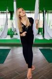 Porträt eines netten schönen Mädchen mekeup Künstlers natürlich mit dem langen Haar blond Im Studio Antischwerkrafteignungsyoga Lizenzfreies Stockbild