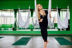 Porträt eines netten schönen Mädchen mekeup Künstlers natürlich mit dem langen Haar blond Im Studio Antischwerkrafteignungsyoga Stockfotos