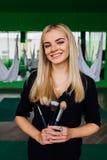 Porträt eines netten schönen Mädchen mekeup Künstlers natürlich mit dem langen Haar blond Im Studio Antischwerkrafteignungsyoga Stockfoto