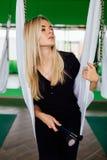 Porträt eines netten schönen Mädchen mekeup Künstlers natürlich mit dem langen Haar blond Im Studio Antischwerkrafteignungsyoga Lizenzfreie Stockbilder